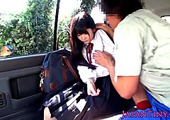 Cumswallowing aasialainen koululainen autoon