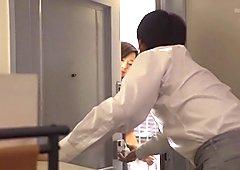 令人难以置信的日本人女孩kaori在欲火中烧大乳房,夫妇jav夹子
